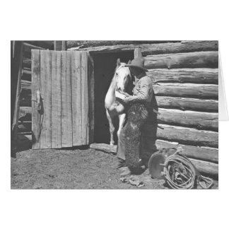 Vaquero que lee una letra tarjeta de felicitación