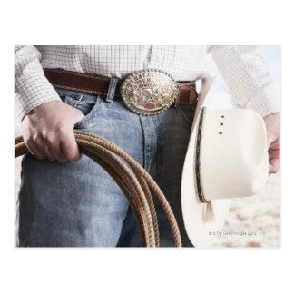 Vaquero que lleva a cabo una cuerda 2 postal
