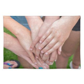 Varios brazos de chicas con se entregan salvamanteles