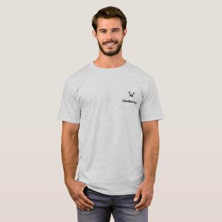 Varón de la camiseta del barro amasado de la