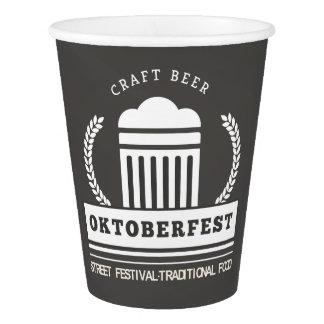 Vaso De Papel Festival de la calle de Oktoberfest en la pizarra