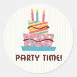 Vaya de fiesta la torta de cumpleaños retra del pegatinas redondas