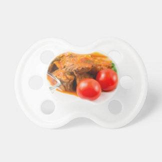 Vea el primer en una comida del caldo de buey con chupetes