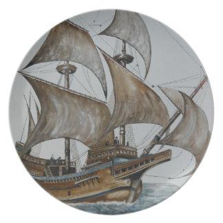 Vela llena de la nave en la placa de la melamina d plato de comida