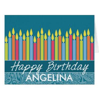 Velas coloridas del cumpleaños con nombre de tarjeta de felicitación grande