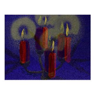 Velas rojas de la postal 4 y fondo brillante azul