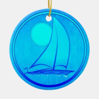 Velero del azul de océano adorno redondo de cerámica