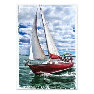 Velero rojo, cielo azul, bordes del mar verde invitación 12,7 x 17,8 cm