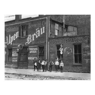 Vendedores de periódicos fuera de un salón, 1910 postal