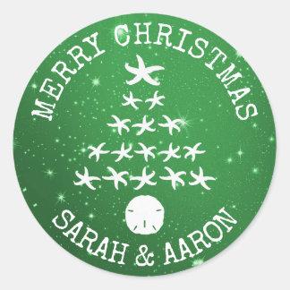Verde de saludo curvado árbol de navidad tropical pegatina redonda