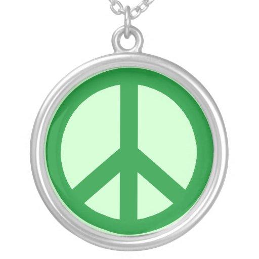 Verde en el collar verde del símbolo de paz