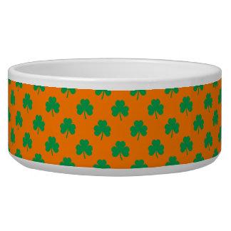 Verde en forma de corazón del trébol en St Patrick Comedero