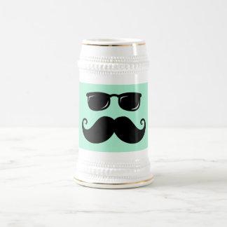 Verde menta divertida del bigote y de la cara de jarra de cerveza