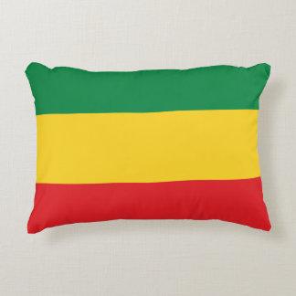 Verde, oro y bandera roja cojín decorativo