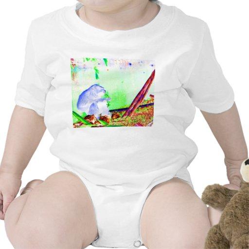 Verdes de la consumición del primate en el borde d trajes de bebé