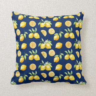Verdor de los limones de la acuarela en el fondo cojín decorativo
