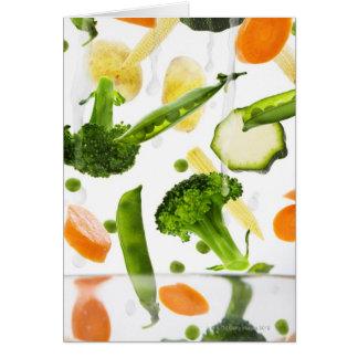 Verduras frescas con agua que cae en un cuenco tarjeta de felicitación