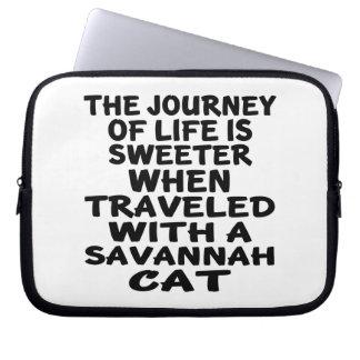 Viajado con el gato de la sabana funda para portátil