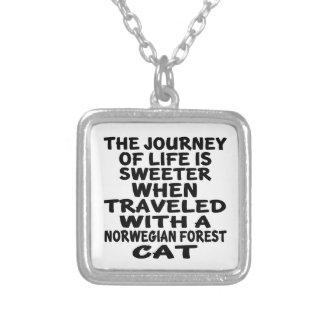 Viajado con el gato noruego del gato del bosque collar plateado