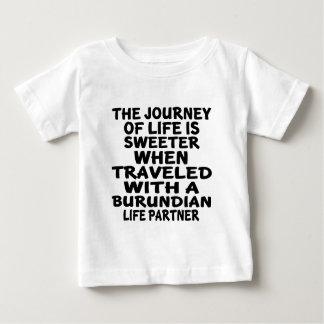 Viajado con un socio burundés de la vida camiseta de bebé
