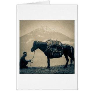 Viajero del vintage y su caballo en manera al tarjeta