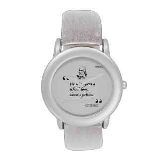 Victor Hugo abre un reloj famoso de la cita de la