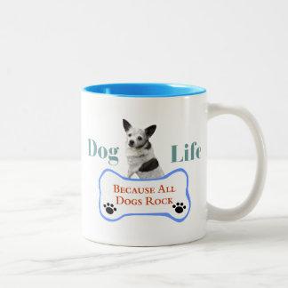 Vida del perro porque todos los perros oscilan la taza de café de dos colores