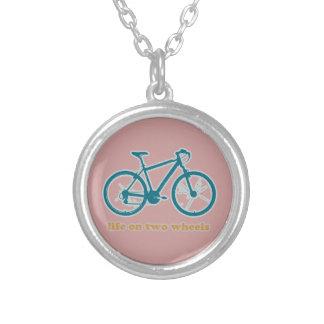 vida en las ruedas - bicis collar plateado