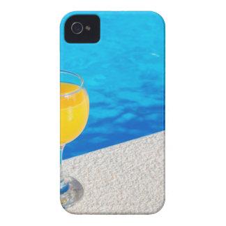 Vidrio con el zumo de naranja en el borde de la funda para iPhone 4 de Case-Mate