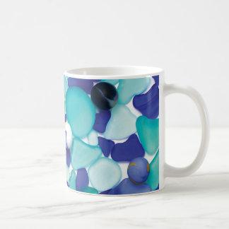 Vidrio del mar y taza azules de los mármoles del