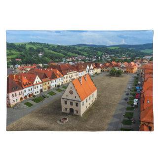 Vieja plaza en Bardejov, Eslovaquia Salvamanteles