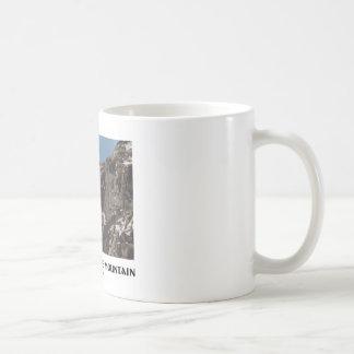 Viejo hombre en la montaña (ilusión óptica) taza de café