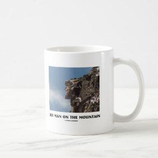 Viejo hombre en la montaña (ilusión óptica) taza clásica