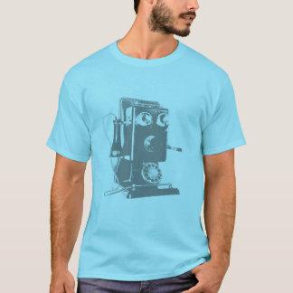 Viejo individuo retro del teléfono en una camisa