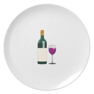 Vino púrpura en placa simple del estilo del vidrio platos