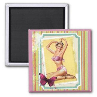 Vintage/chica retro en bikini rosado imán