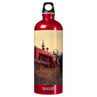 vintage rojo de la máquina del tractor viejo botella de agua