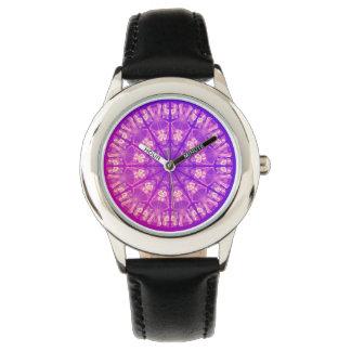 Violeta poner crema abstracta delicada de la reloj de mano