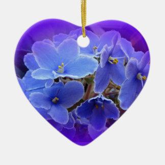 Violetas africanas azules a personalizar adorno de cerámica en forma de corazón