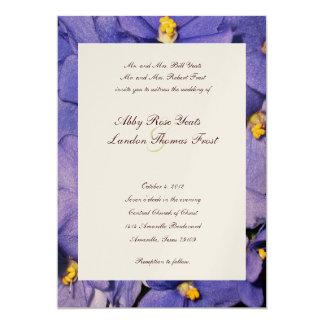 Violetas africanas que casan la invitación