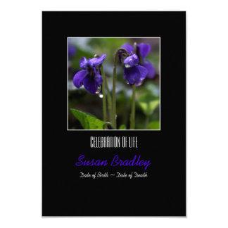Violetas con la celebración de los descensos de la invitación 8,9 x 12,7 cm