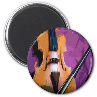Violín elegante en la seda púrpura, imán redondo