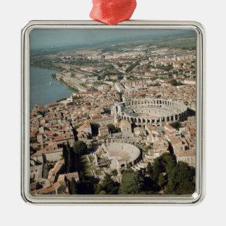 Vista aérea de la ciudad con adorno navideño cuadrado de metal