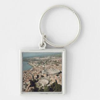 Vista aérea de la ciudad con llavero cuadrado plateado