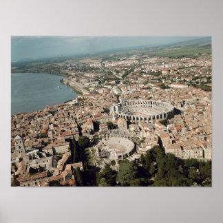 Vista aérea de la ciudad con póster