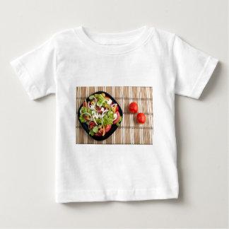Vista aérea de una porción de ensalada vegetal camiseta de bebé