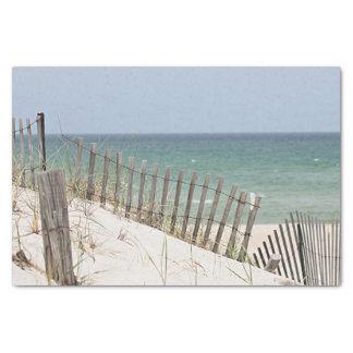 Vista al mar a través de la cerca de la playa papel de seda
