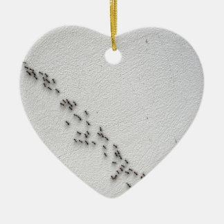 Vista de arriba de la cadena de hormigas adorno de cerámica en forma de corazón