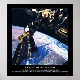 Vista de la estación espacial del MIR sobre la pen Póster