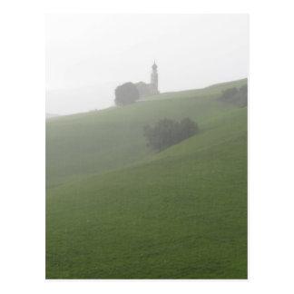 Vista de la iglesia de San Valentino en un día Postales